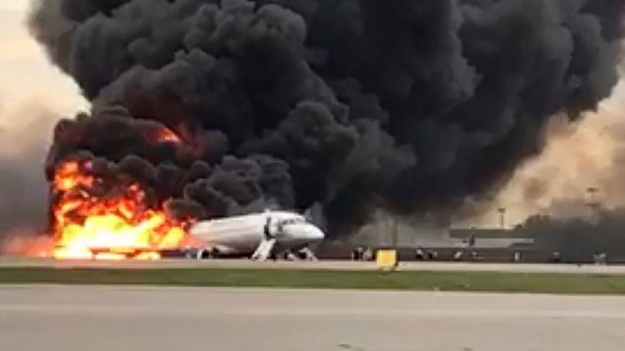 Mosca, atterraggio di emergenza di un aereo in fiamme: almeno 41 morti | Forse colpito da un fulmine dopo il decollo