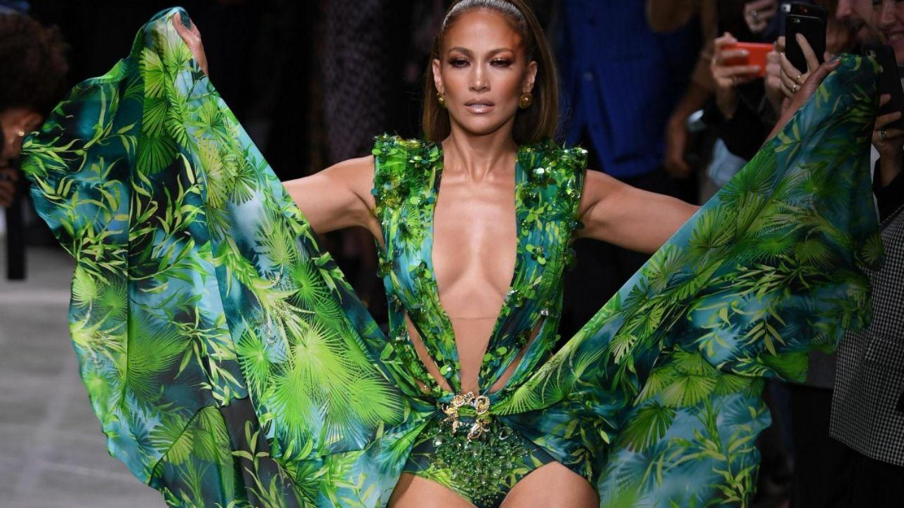 'Jungle dress' e non solo: la donna Versace è sicura, tenace, libera
