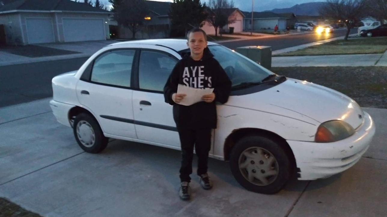 Mamma in difficoltà, 13enne vende l'Xbox per comprarle un'auto
