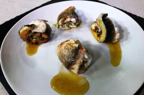 Involtini di pesce ripieni con zucchine, pomodorini e ricotta
