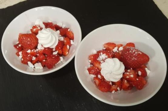 Dessert di fragole e meringhe