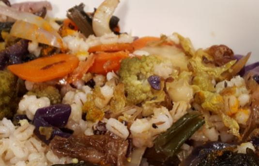 Insalata di orzo e verdure al forno