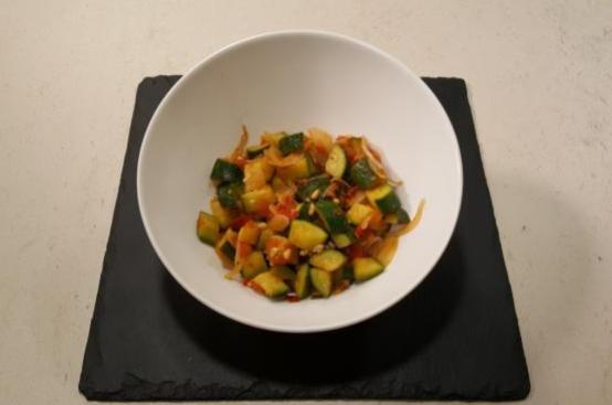 Spadellata di zucchine con pomodori e pinoli