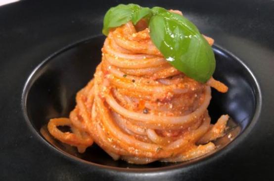 Spaghetti con pesto di pomodorini, ricotta salata e gamberi