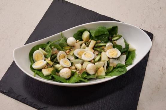 Insalata di spinacino e asparagi con uova, nocciole e mela