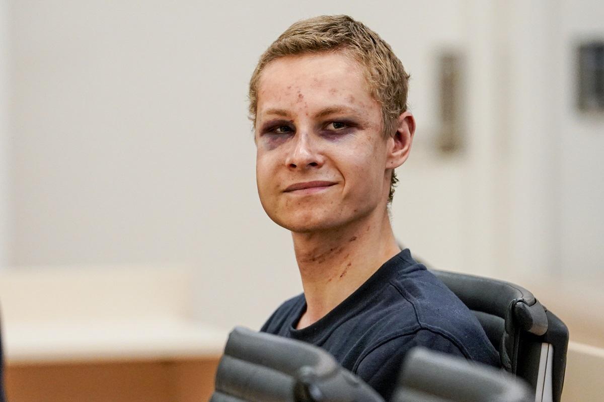 Il ghigno dell'assalitore della moschea di Oslo | Ma Manshaus arriva in tribunale coperto di lividi