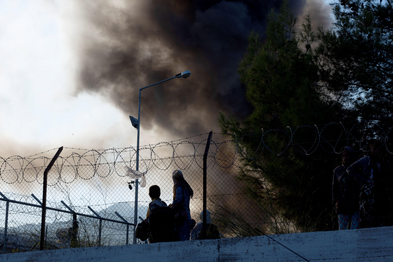 Grecia, migranti appiccano il fuoco per protesta: ci sono vittime