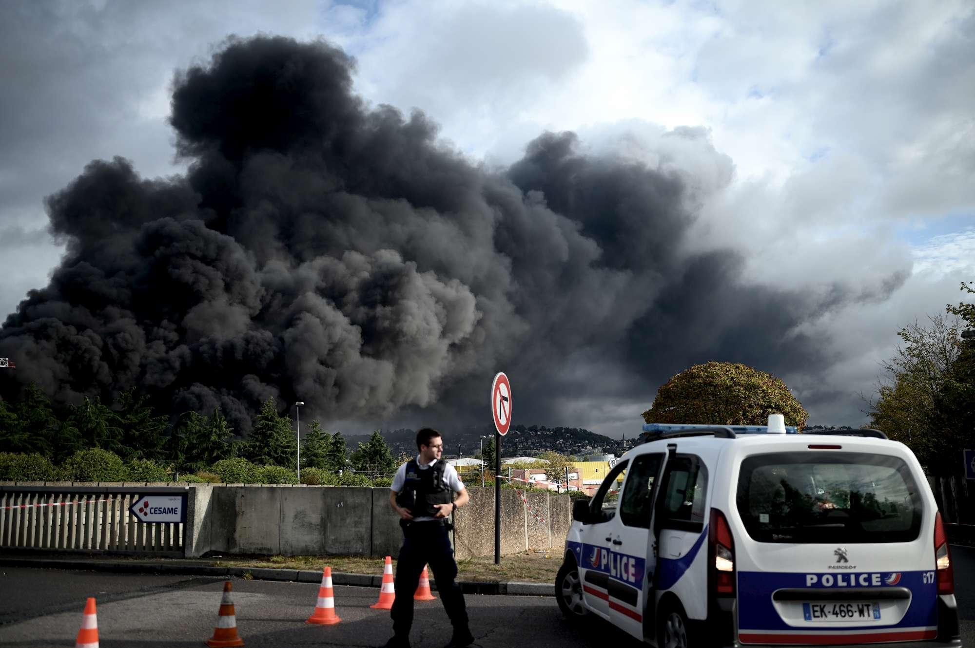 Impianto esploso a Rouen, la nube nera della paura