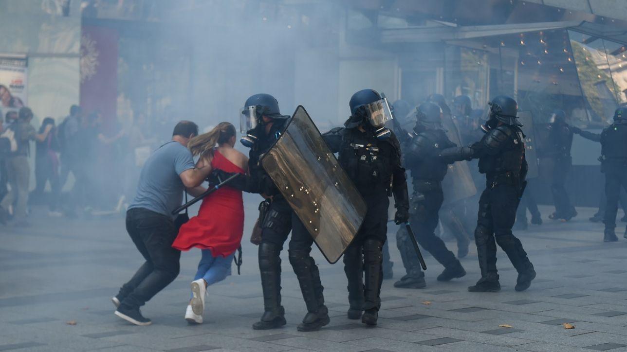 I black bloc si infiltrano tra i gilet gialli: scontri a Parigi