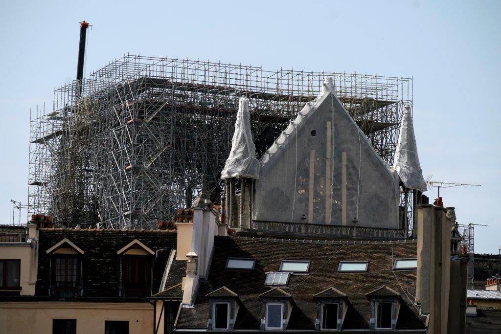 Notre-Dame, scalatori coprono la cattedrale per proteggerla dalla pioggia