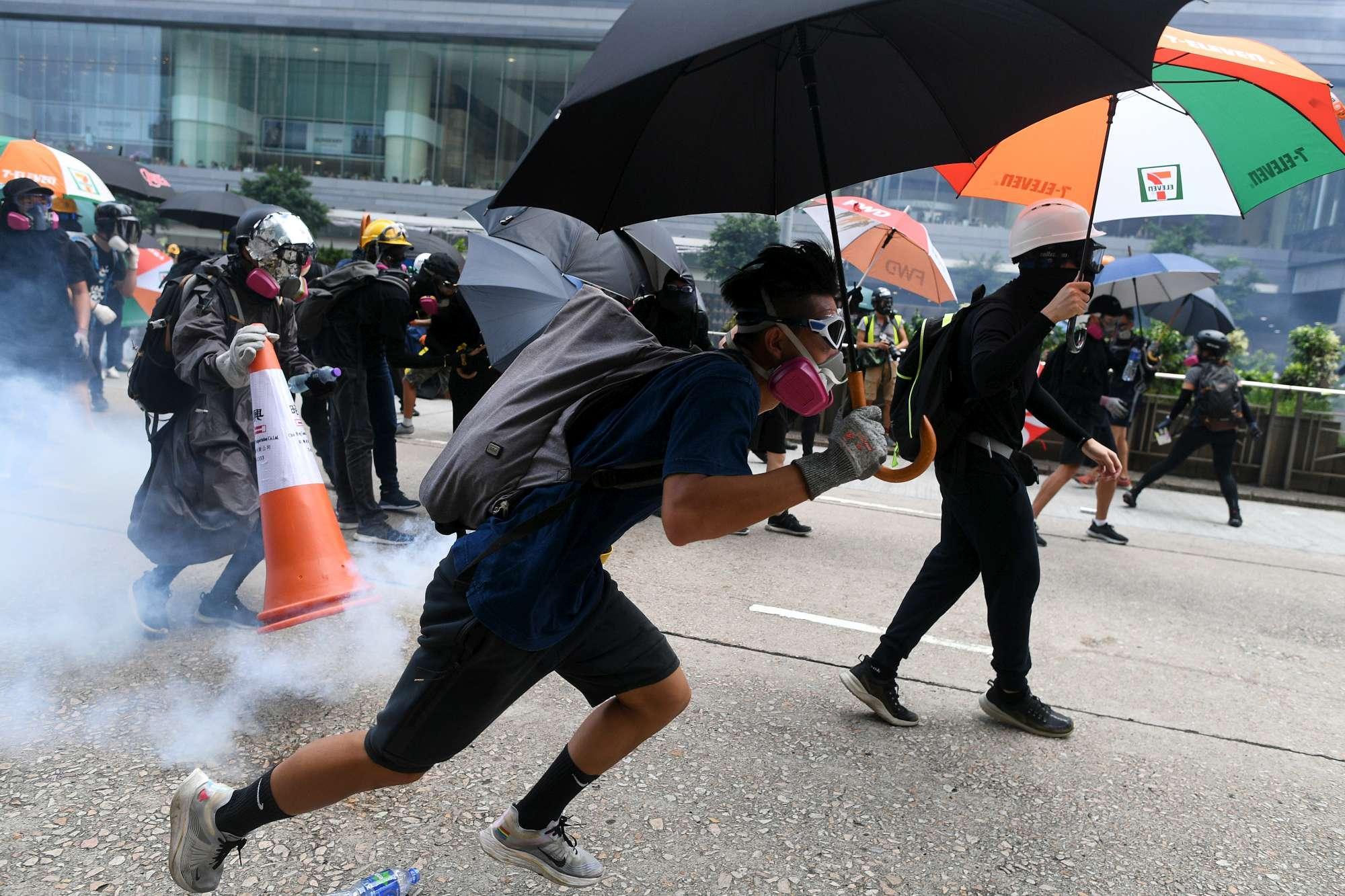 Hong Kong, scontri tra attivisti pro-democrazia e polizia