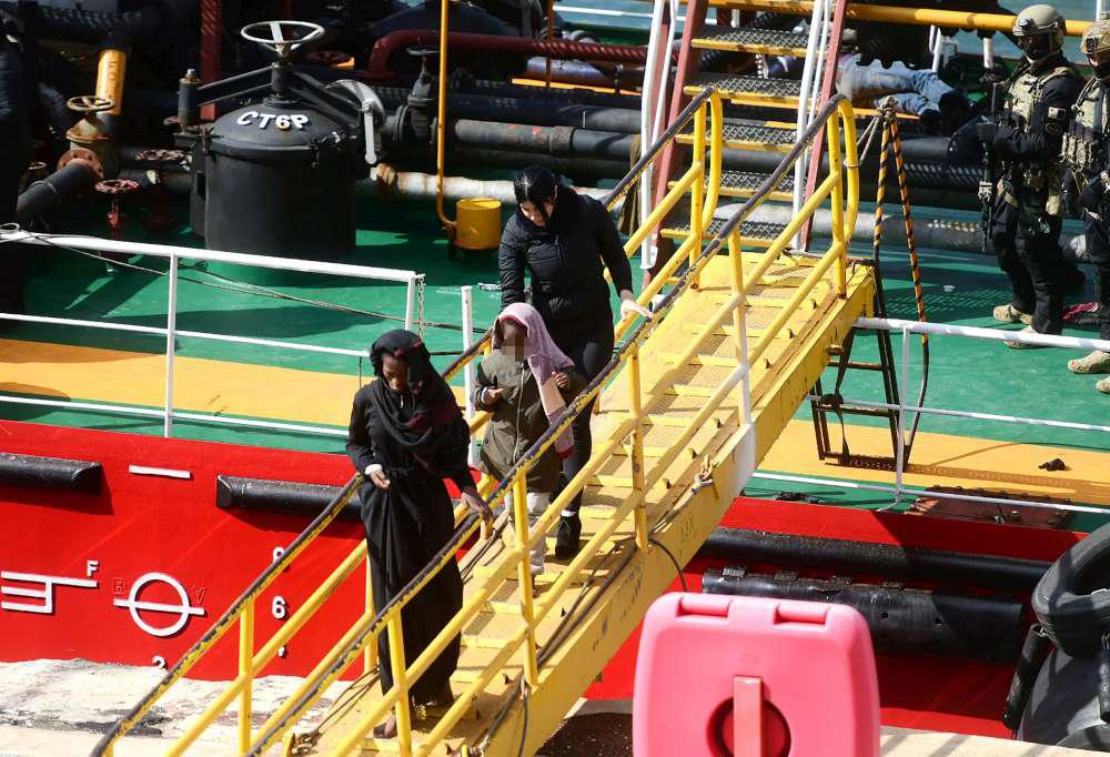 Malta, nave dirottata dai migranti: l'arrivo in porto e lo sbarco