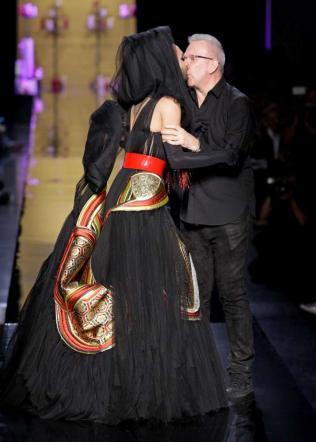 Conchita Wurst e Jean Paul Gaultier, bacio mozzafiato in passerella