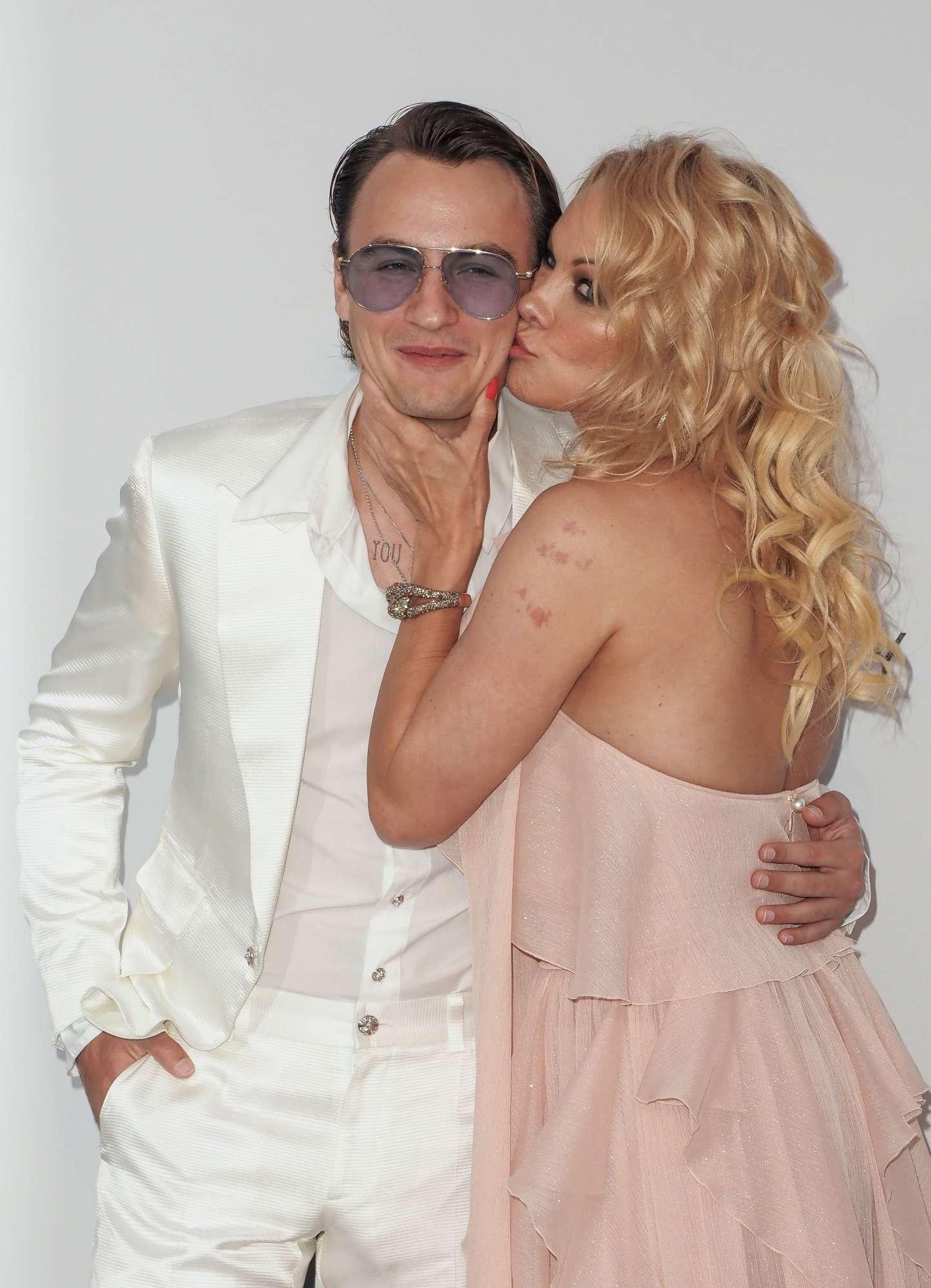 Pamela Anderson, l'ex bagnina sfila a Cannes con un affascinante accompagnatore... il figlio Brandon