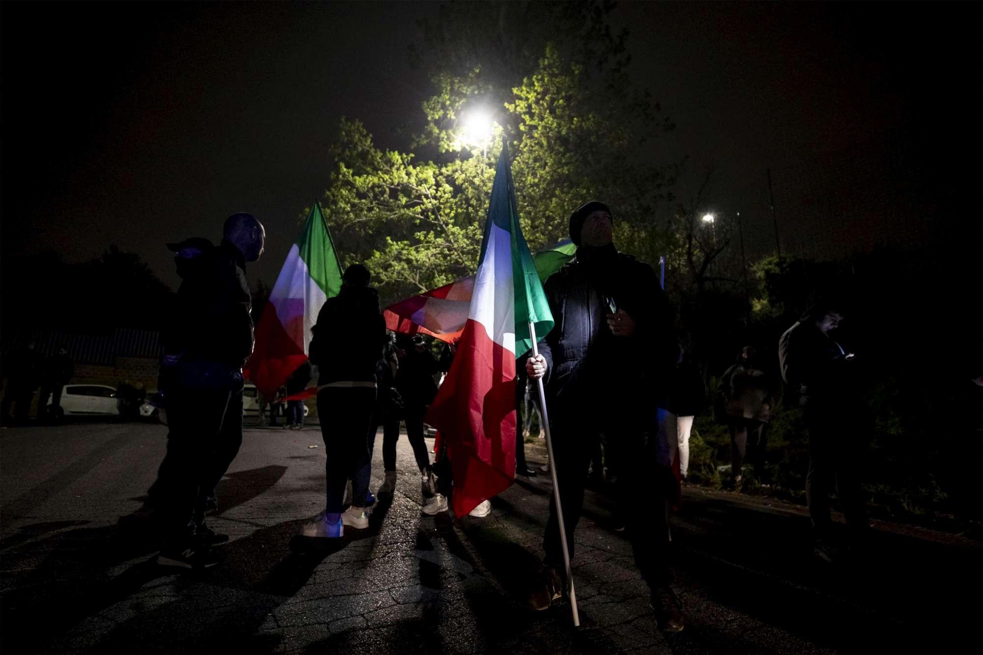 Roma, continua la protesta contro i rom a Torre Maura