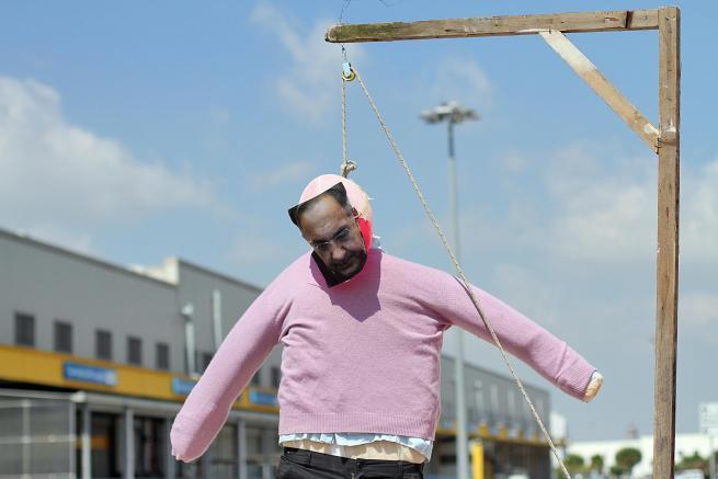 La protesta con il manichino di Sergio Marchionne impiccato a un patibolo