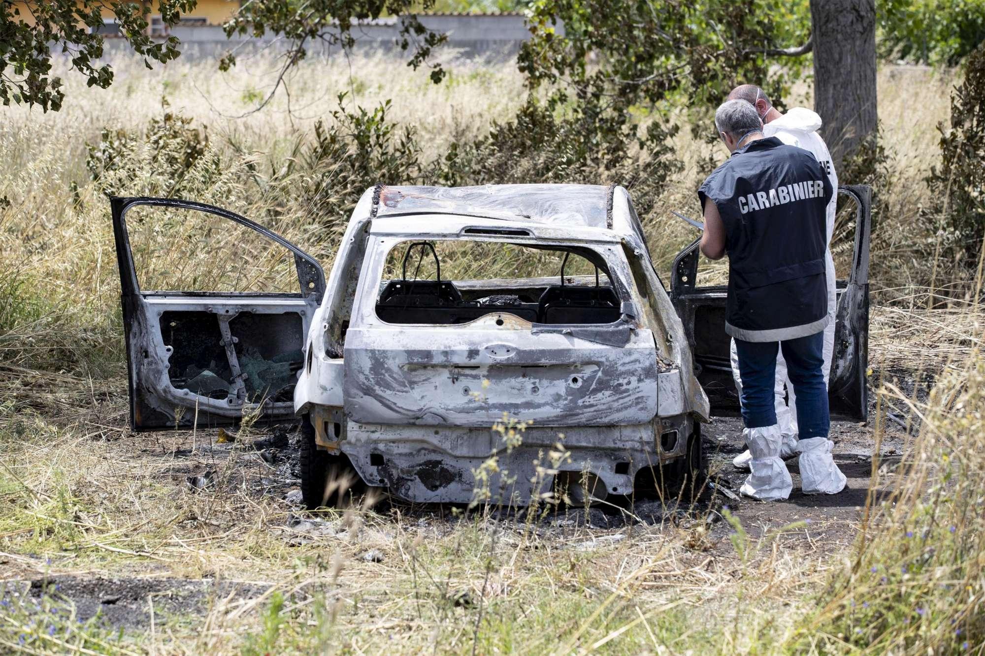 Roma, trovati due corpi carbonizzati in un'auto a Torvaianica