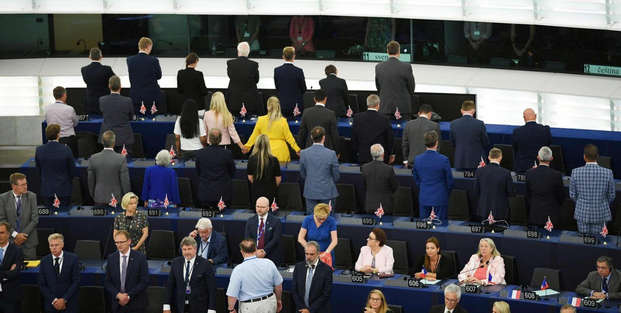 Strasburgo, gli eurodeputati del Brexit Party voltano le spalle all'inno Ue