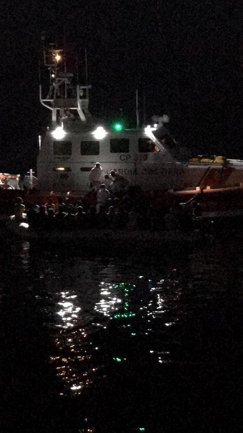Migranti, peschereccio di Sciacca resta 18 ore accanto a barcone: