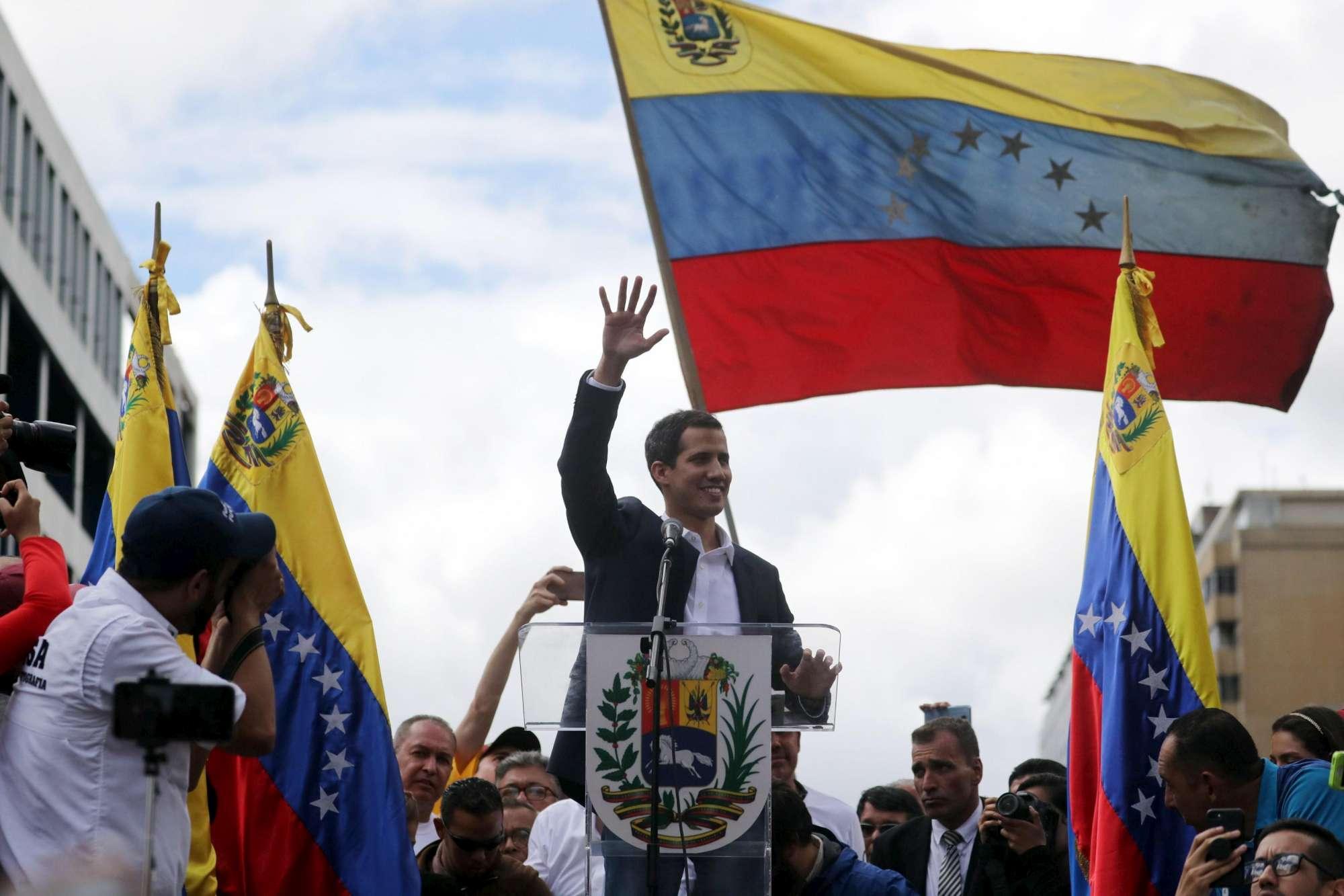 Venezuela, Guaidó si autoproclama presidente | Maduro: