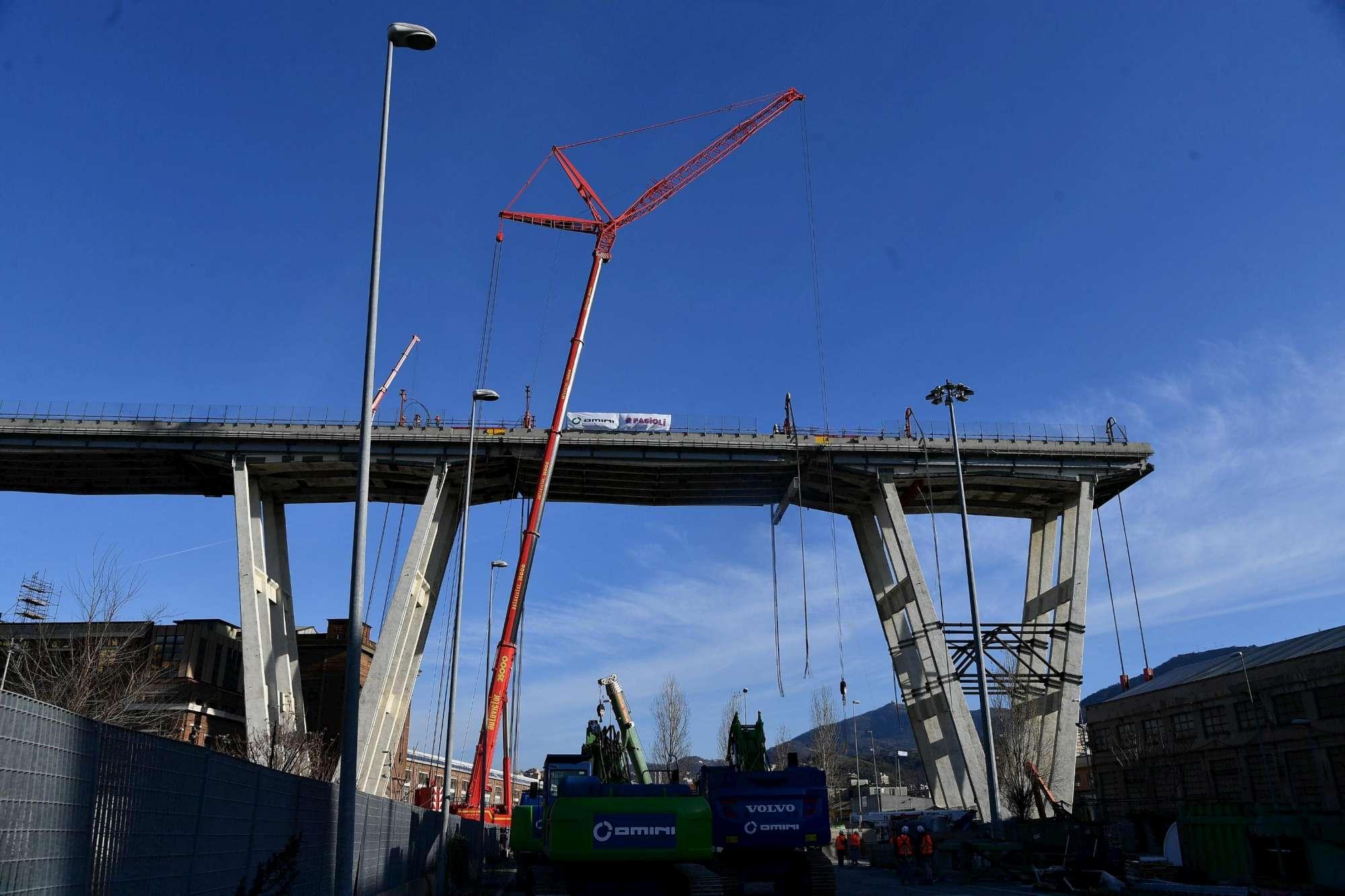 Genova, iniziata la demolizione del Ponte Morandi