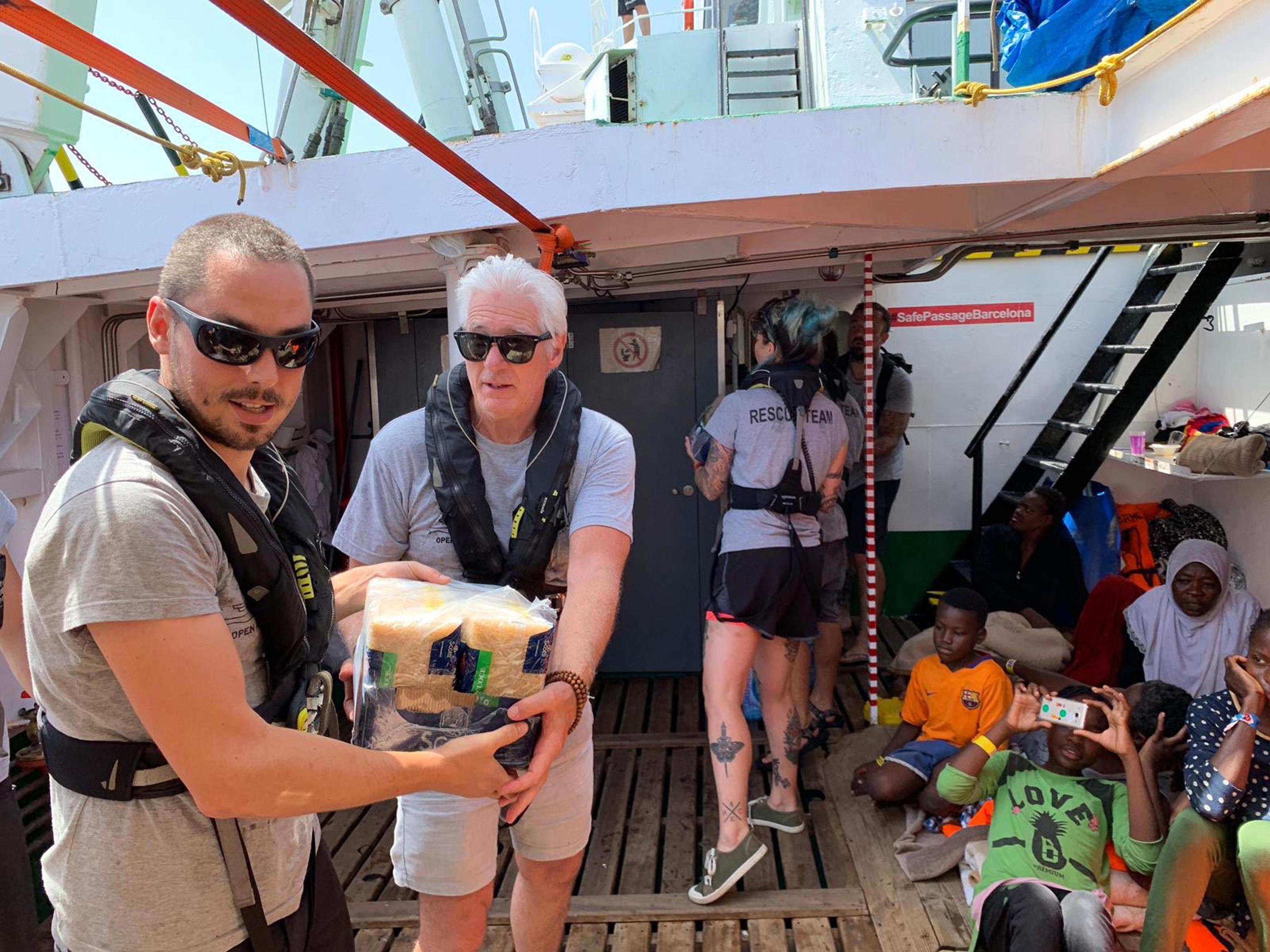 Migranti, Richard Gere a bordo della Open Arms per portare viveri