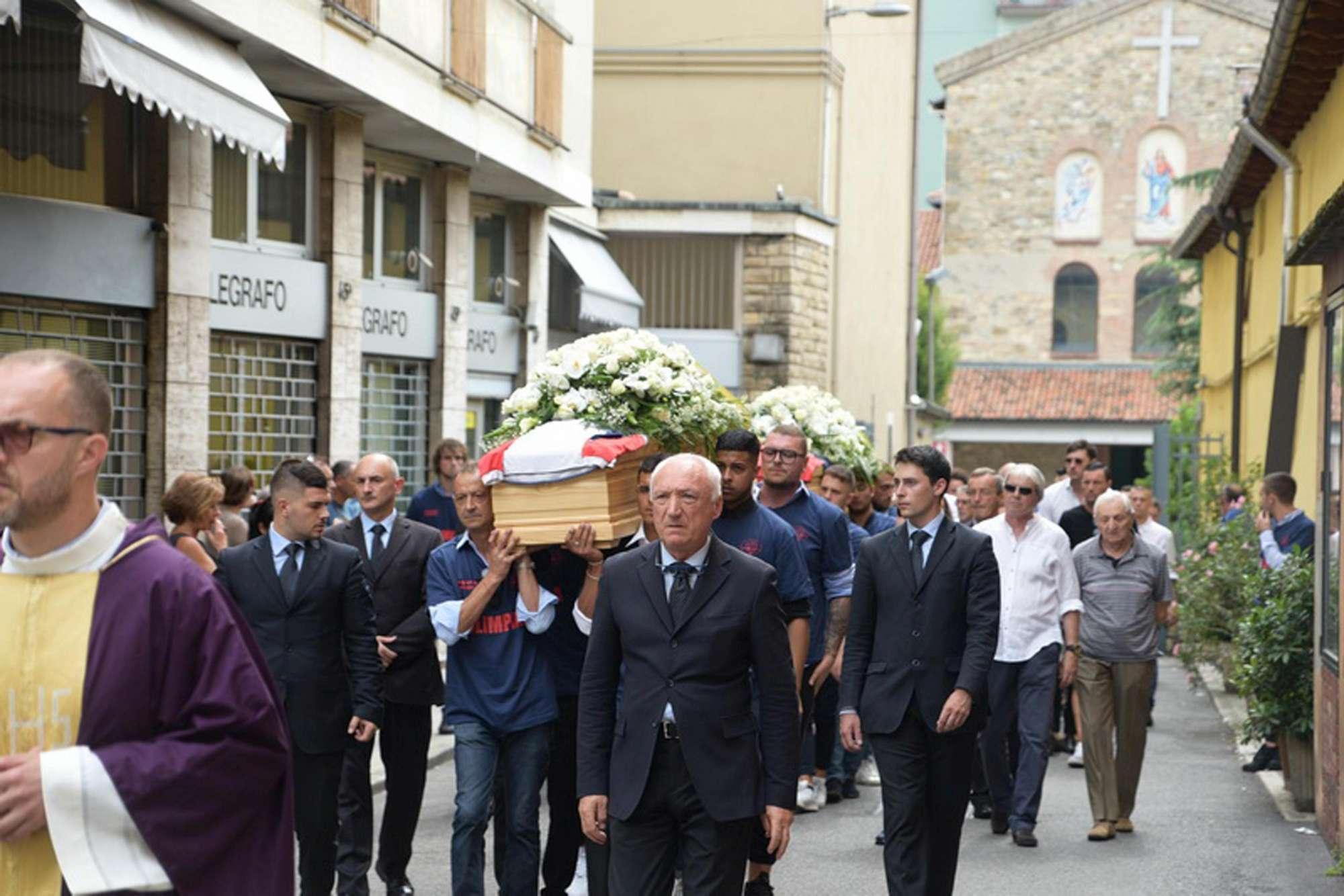 Travolti e uccisi a Bergamo, folla ai funerali congiunti dei due amici