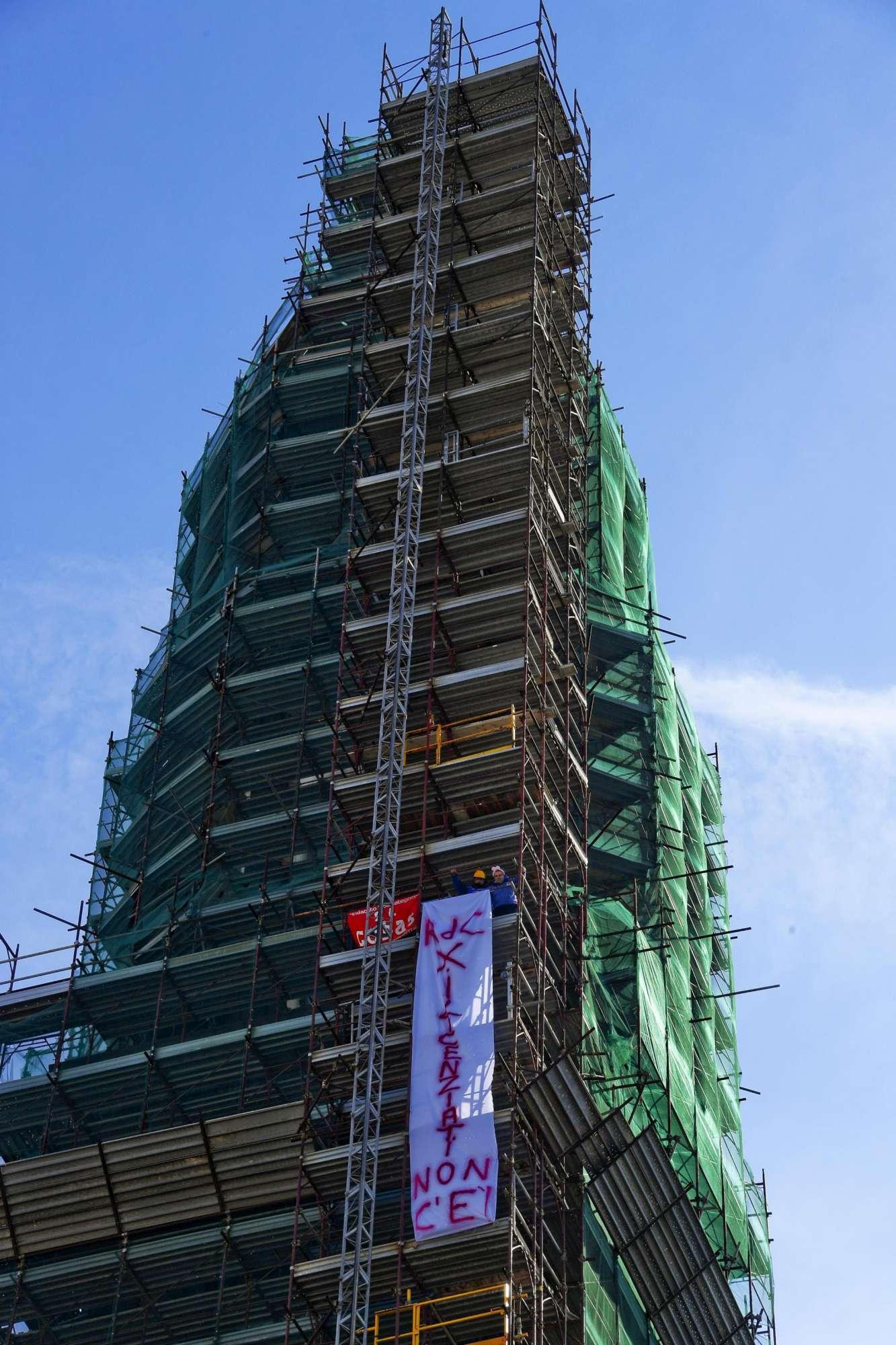 Reddito di cittadinanza, licenziati da Fca salgono su un campanile a Napoli