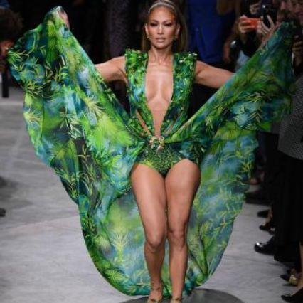 Sorpresa da Versace: Jennifer Lopez torna a indossare il 'jungle dress'