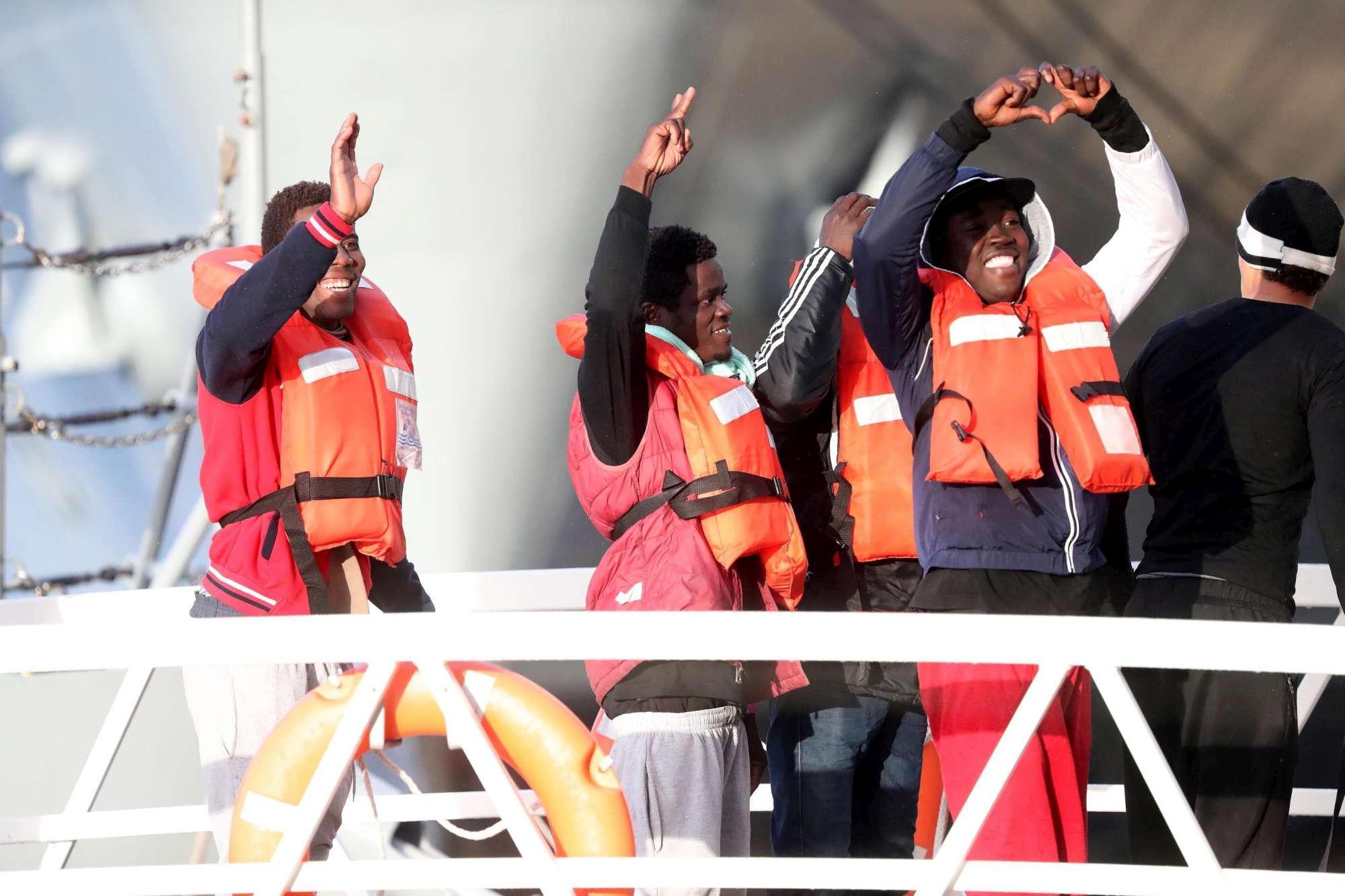 Sea Watch, odissea finita dopo 19 giorni: sbarcati a Malta 49 migranti