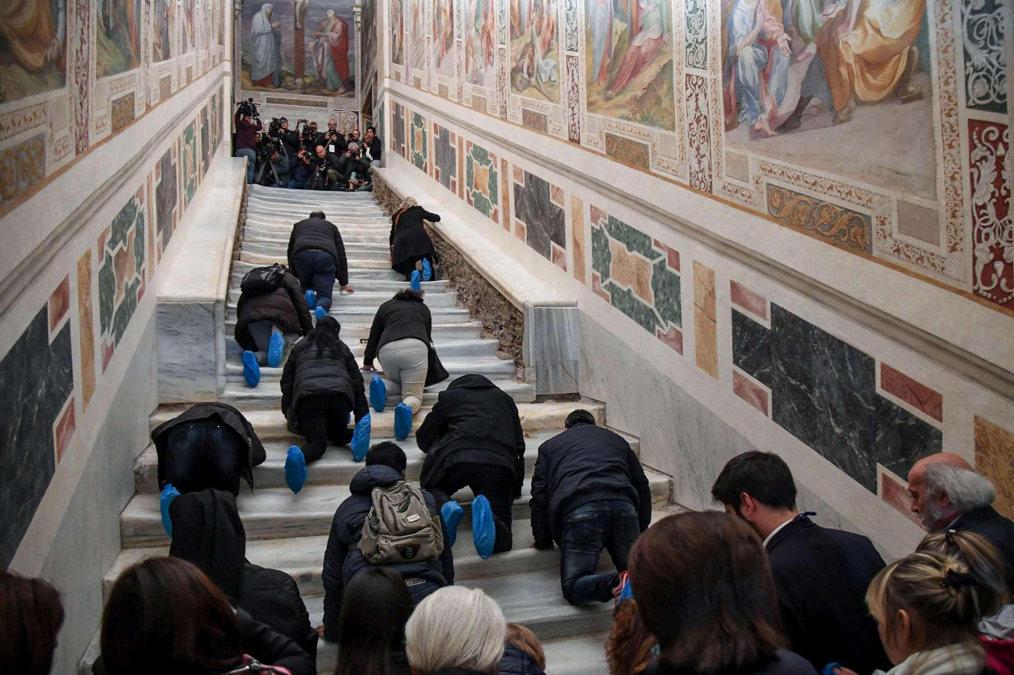 Riapre la Scala Santa, i fedeli la salgono in ginocchio come Gesù