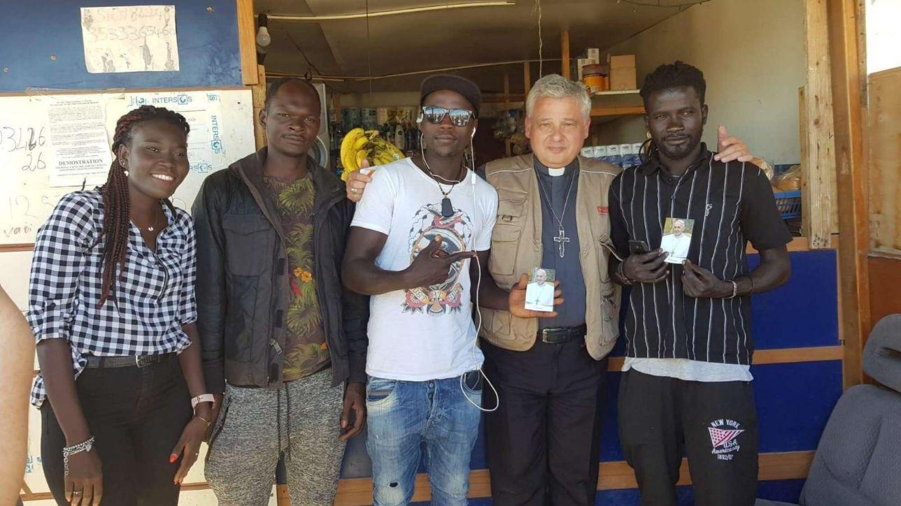 Foggia, l'elemosiniere del Papa nel ghetto dei braccianti