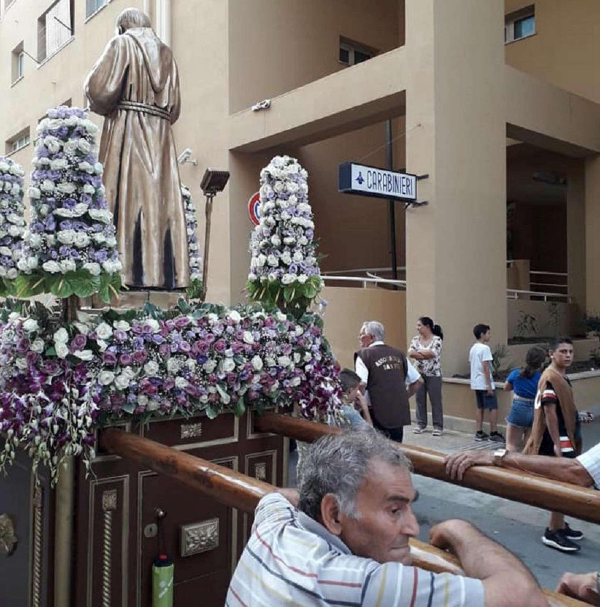 Palermo, processione con inchino allo Zen davanti alla caserma dei carabinieri
