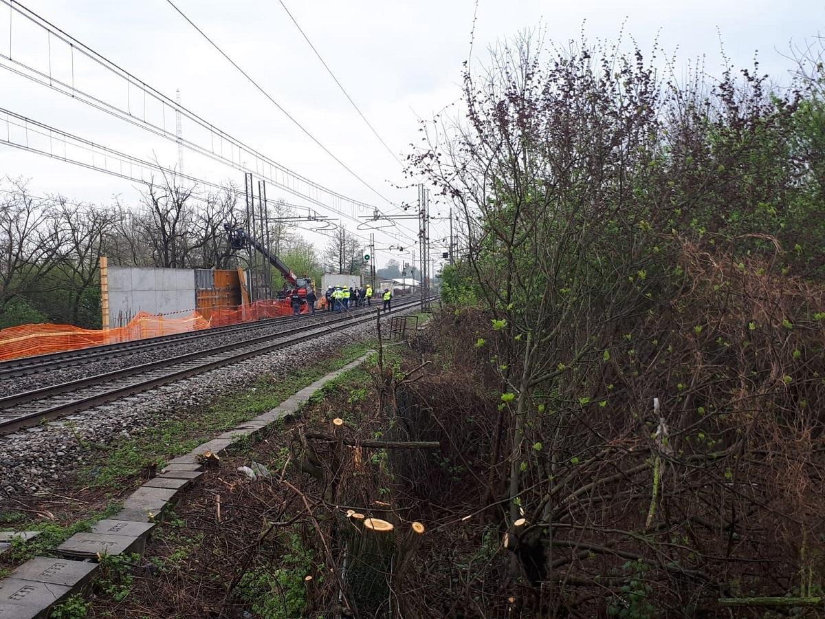 Incidente sul lavoro, crolla una lastra di metallo: due operai morti nel Milanese