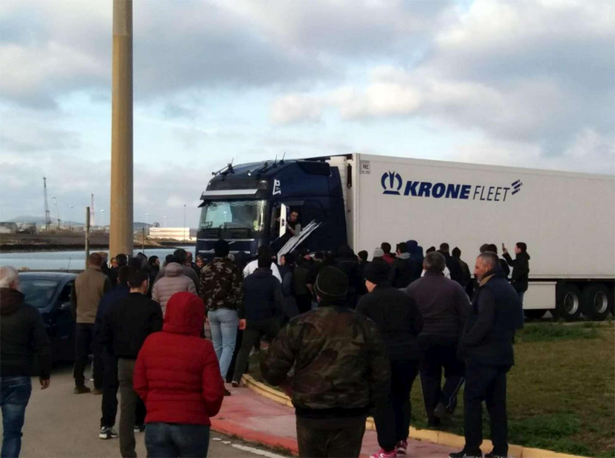 Latte, la protesta dei pastori sardi si sposta allo scalo di Porto Torres