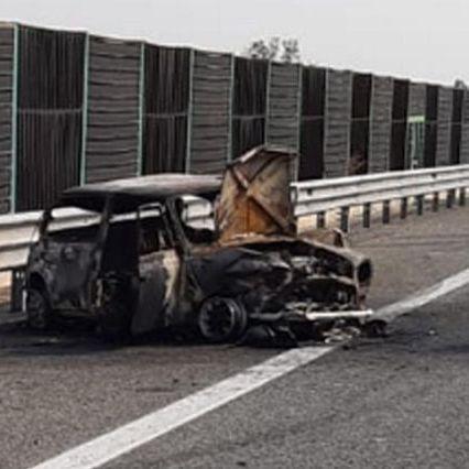 Tragedia nel Torinese, auto in fiamme: padre e figlia di 6 anni muoiono davanti alla mamma