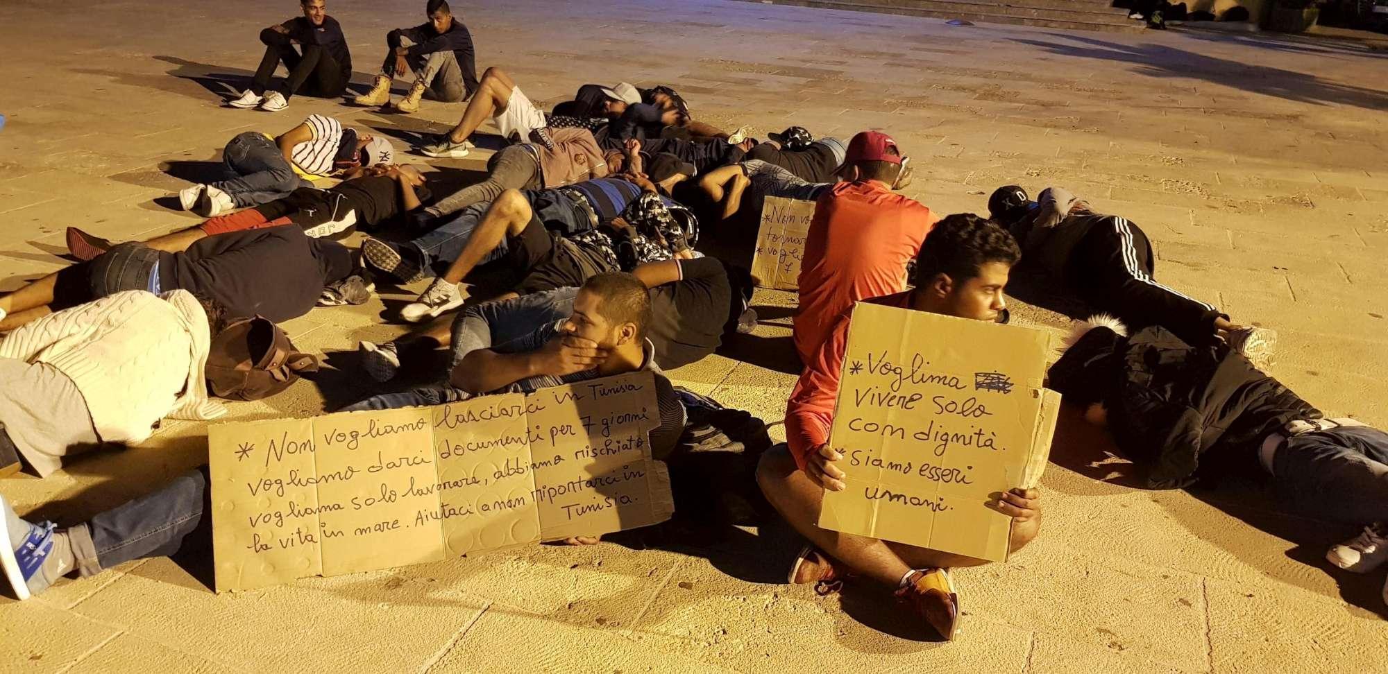 Migranti, a Lampedusa tunisini dormono in strada: