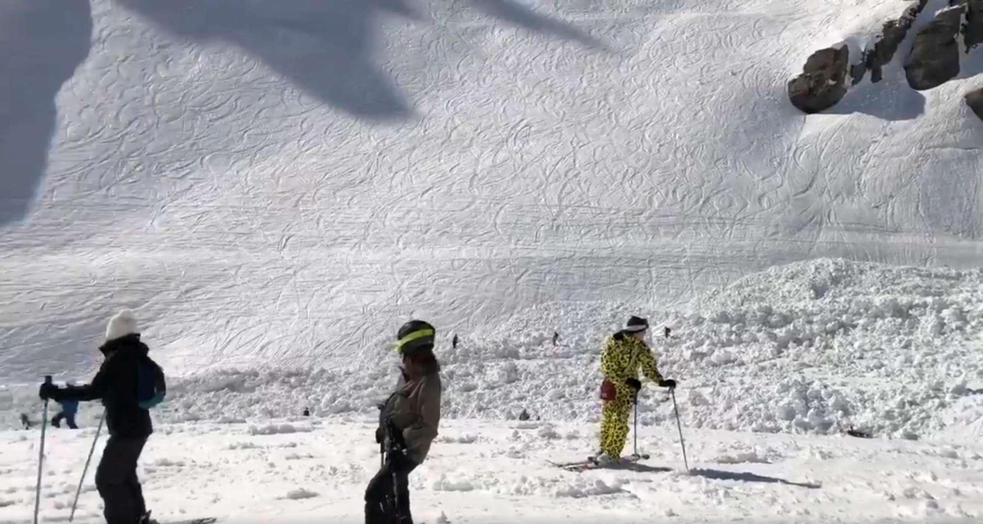 Valanga su una pista da sci in Svizzera: diverse persone travolte