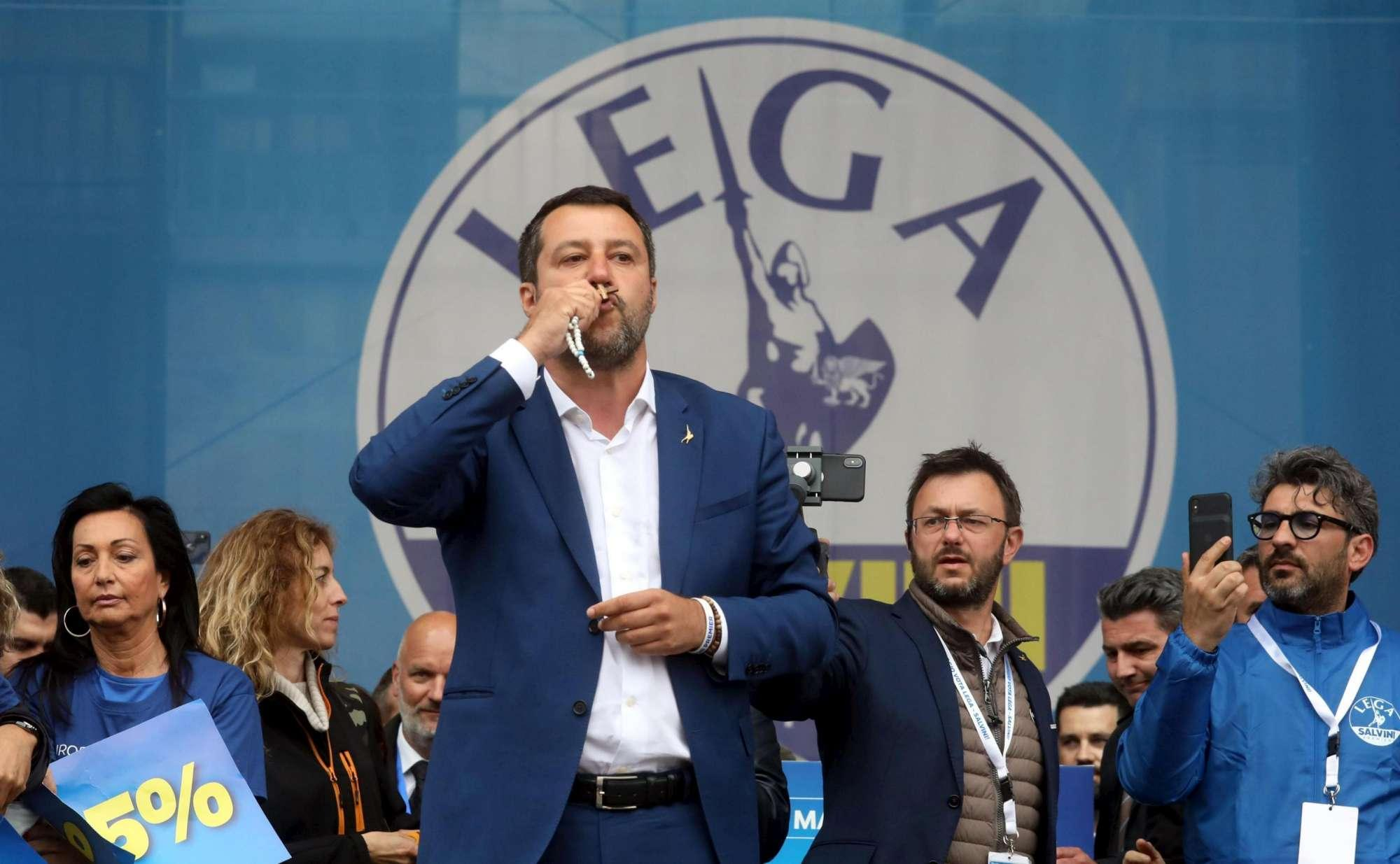"""Milano, Salvini bacia il rosario durante un comizio: """"L'immacolato cuore di Maria ci porterà alla vittoria"""""""