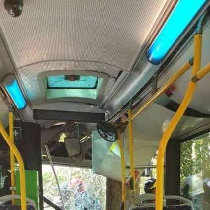Autobus fuori strada nel Pescarese, 30 passeggeri feriti