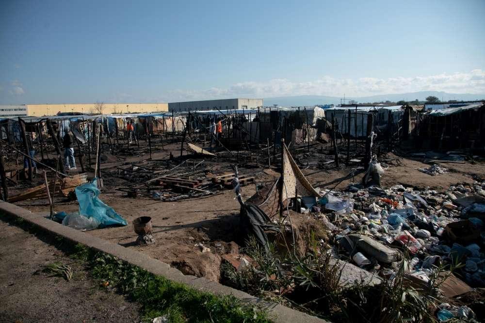 Calabria, fiamme nella baraccopoli di San Ferdinando