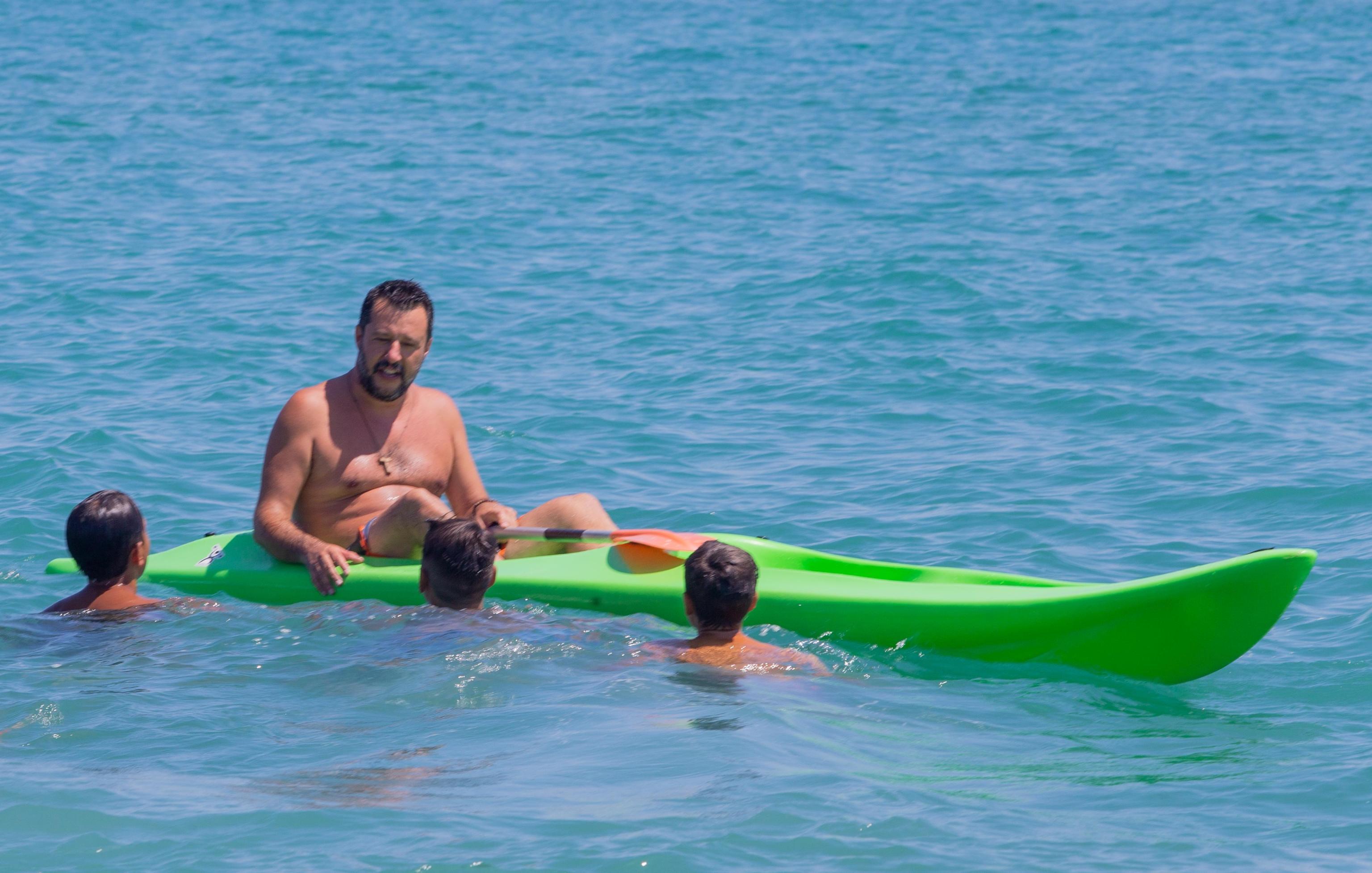 Salvini beach tour, a Policoro il vicepremier in mare su una canoa