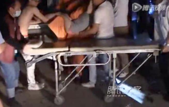 Cina, fanno a sesso a tre in auto: il freno si toglie e finiscono contro un albero