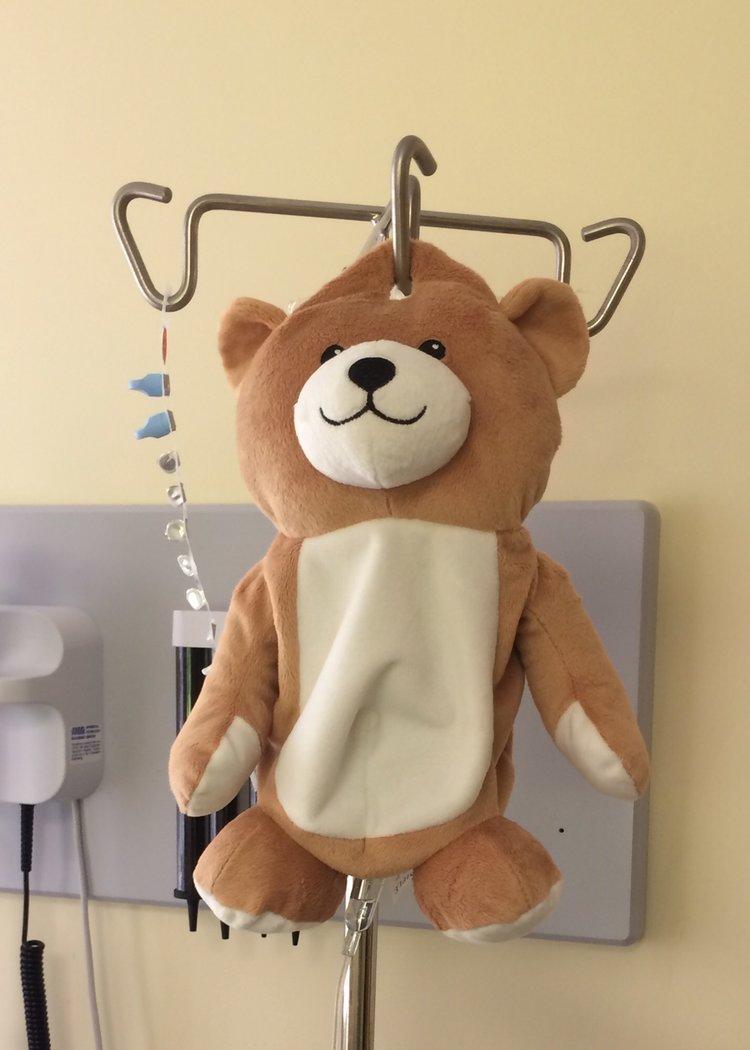 Usa, ecco Mini Teddy: l'orsetto inventato da una 12enne per superare la paura delle flebo