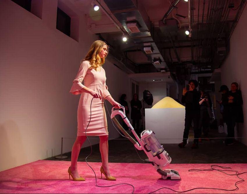Ivanka Trump passa l'aspirapolvere col tubino rosa: la mostra a Washington solleva un polverone alla Casa Bianca