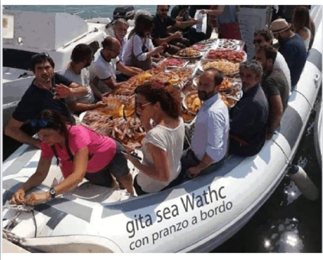 Sea Watch, la finta foto del pranzo di pesce dei parlamentari a bordo di un gommone