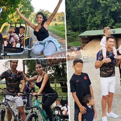 Ronaldo e Georgina in bici al parco con i bimbi