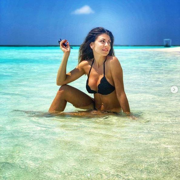 Flora canto, bikini esplosivo alle Maldive