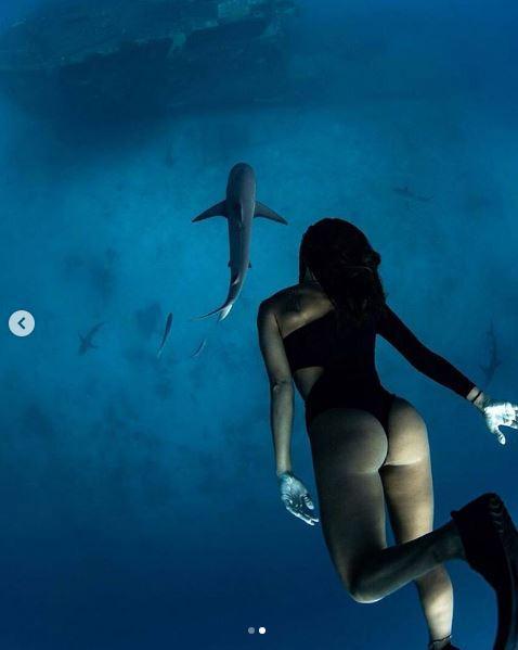 Giulia Calcaterra, bagno da brivido con lo squalo