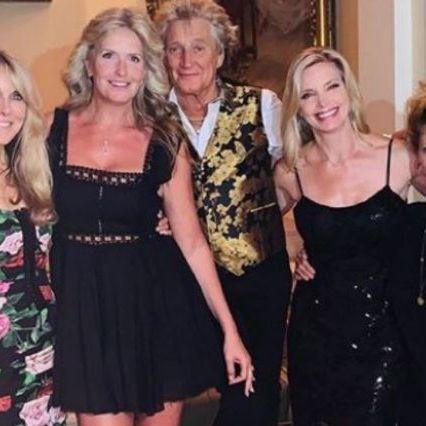 Rod Stewart in mezzo al suo harem: scatto con la moglie Penny e le ex, madri dei suoi 8 figli